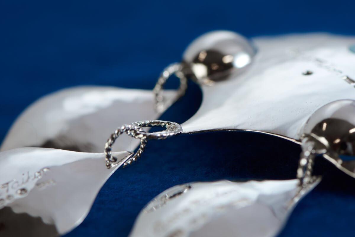 Närbild på smycke utfört av Rosa Taikon