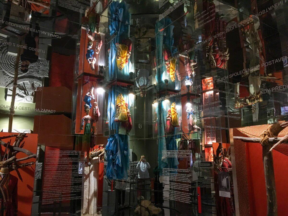 Utställningsrum med speglar.