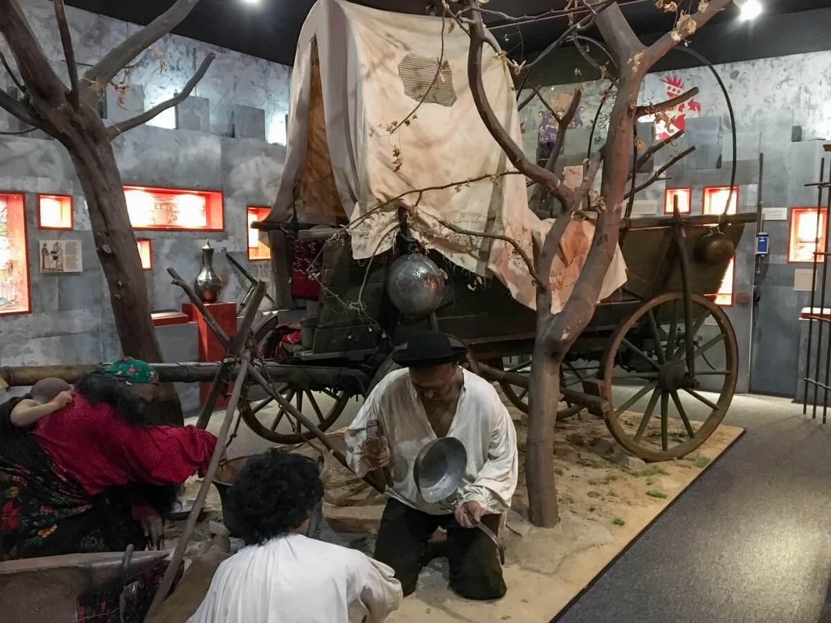 Utställning med romsk vagn