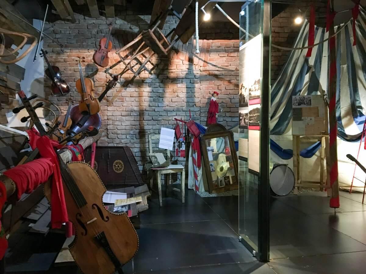 Utställningsrum med instrument och andra föremål
