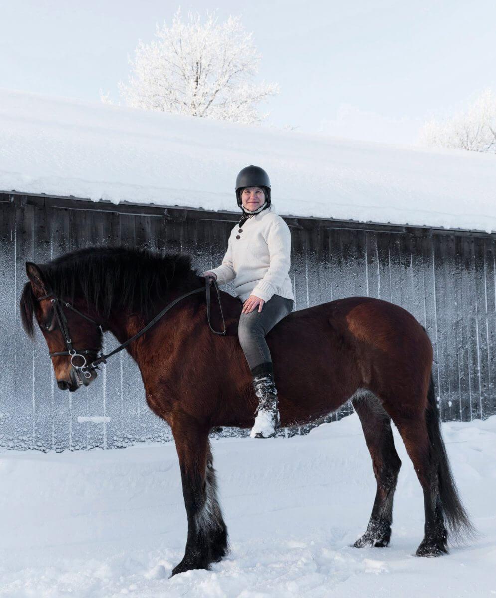 Vinterbild med kvinna på häst