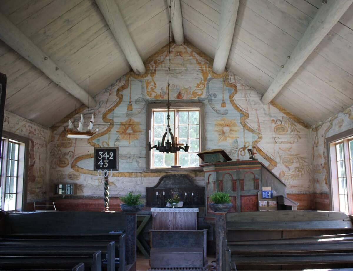 En interiörbild från Trysunda kapell med altare och predikstol.